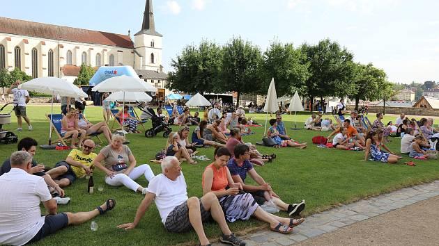 Muzikanti, baletky... Festivalové zahrady, free zóna Národního festivalu Smetanova Litomyšl, nabízí každý den pestrý program. O víkendu si hudbu, tanec i dětské sbory užily na velkém pikniku stovky lidí. Nechyběl ani doprovodný program pro děti.