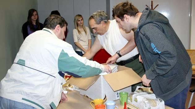 Studenti svitavského gymnázia přinesli včera postiženým lidem dárek.