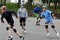 Mladí lyžaři trénovali na svitavském stadionu. Po zimní sezoně hned zahájili letní přípravu. In–line dráha posloužila sjezdařům na kompenzační a balanční cvičení.