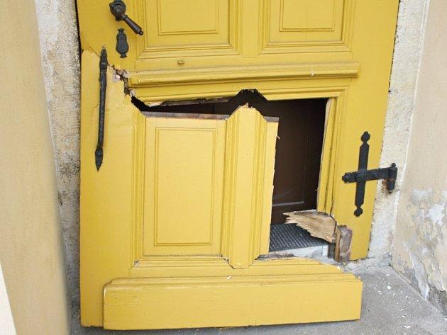 Zdevastované dveře do zpovědnice po nájezdu zloděje.