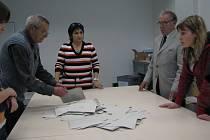 Po čtrnácté hodině začala volební komise sčítat hlasovací lístky