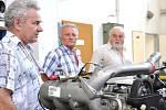 ABSOLVENTI  Z ROKU  1959  si prohlédli s ředitelem  Milanem  Janeckým   vybavení technické školy v Litomyšli.  Podívali se do dílen, kde pracovali i oni, a  neminuli ani nejmodernější  přístroje