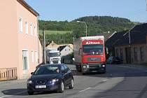 Moravskou Chrastovou projede denně patnáct tisíc aut. Obyvatelům vadí nejen hluk a prach. Hustý silniční provoz je také  nebezpečný.