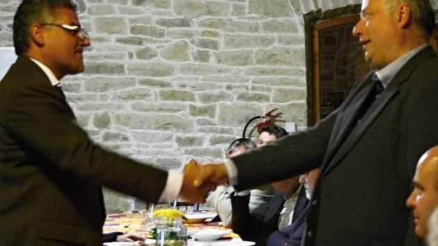 Náměstek ministra obrany Tomáš Kuchta (vlevo) si potřásl rukou se starostou Petrem Škvařilem.