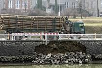 Kamenná hráz Synského rybníku v Poličce se před časem utrhla. Ilustrační fotografie