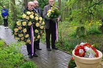 Hejtman Radko Martínek a starosta Moravské Třebové Josef Ošťádal se poklonili u památníku v Dětřichově.