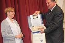 Marie Blažková převzala od starosty Moravské Třebové Miloše Izáka cenu města za rok 2013.