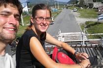 Cestování po nepálsku. Běžným zvykem je cestovat na střeše autobusu. Celkově je to i bezpečnější, protože v případě nouze lze jednodušeji vystoupit – vyskočit.
