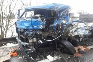 V Opatovci hasiči celé dopoledne odstraňovali následky nehody 2 nákladních a 2 osobních aut. Převážející náklad se vysypal na celou vozovku.Hasičům se podařilo zastavit unikající provozní náplně tak, aby nedošlo k ekologické havárii.