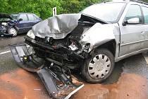Čelní střet dvou automobilů.