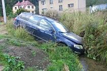 Řidič vjel do potoka.