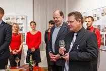 Autoři Radoslav Fikejz (vpravo) a Vladimír Velešík (vlevo) při slavnostním křtu Kroniky Svitav