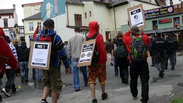 """Svitavami prošel průvod anarchistů, kteří   uctili  akcí """"NE dalším obětem neonacismu"""" památku obětí neonacistického násilí po roce 1989."""
