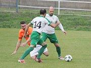 Jediný gól rozhodl o vítězství moravskotřebovských fotbalistů (v oranžových dresech) nad Hlinskem.