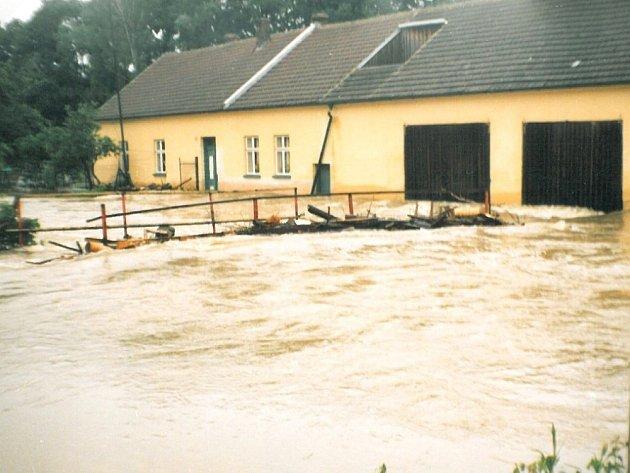 ŘEKA v Hradci nad Svitavou zaplavila před patnácti lety přilehlé zahrady a pozemky. Lidé měli v domech víc jak metr vody. I hřiště se ztratilo pod vodou.