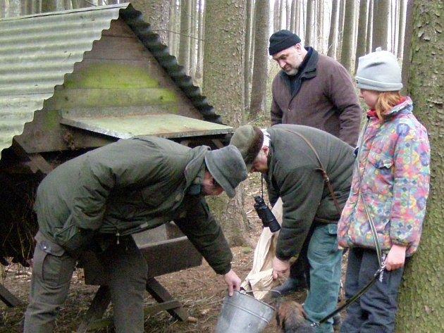 Léčiva předkládali v lesích mysliveckého sdružení ve Sloupnici  nedaleko  střelnice  hospodář  Oldřich Vašina (druhý zleva) a Jan Šašek.
