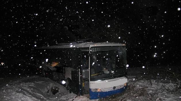 Autobus skončil v příkopě.