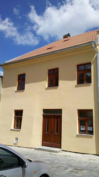 Sporná výměna oken v Cechovní ulici v Moravské Třebové. Před a po výměně.