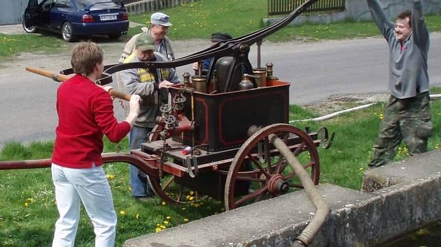 Banínští hasiči vlastní historický unikát. Pustili se do servisu funkční stříkačky.
