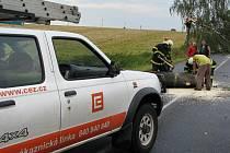 Zásahové vozidlo energetické firmy pomáhalo hasičům.