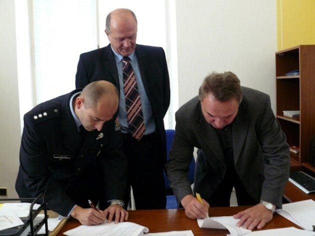 Dohodu podepsali za dozoru Miroslava Brandejse místostarosta Jaroslav Klodner (vpravo) a velitel Jiří Macháň.