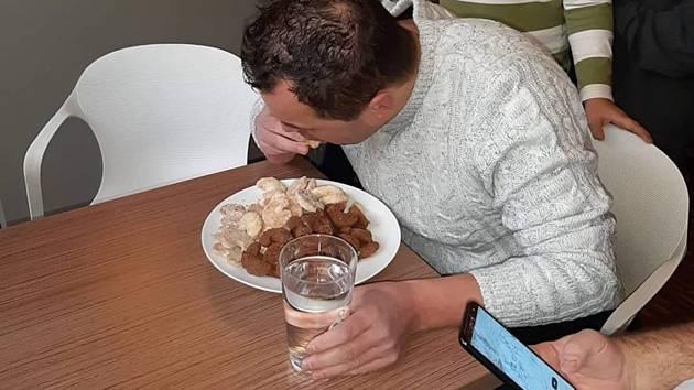 Maxijedlík Jaroslav Němec z Bystrého si připsal další vítězství, tentokrát v Brně spořádal kilo vánočního cukroví za sedm minut a čtyři vteřiny. Zlikvidoval talíř s jedním kilem vanilkových a čokoládových rohlíčků. Jedná se o nový český rekord. Přitom už