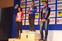 Jitka Hodáňová (vpravo) na třetím ze stupňů vítězů na mistrovství světa Masters ve Švýcarsku. Uprostřed je vítězná Němka Pleussová, vlevo pak stříbrná Kanaďanka Heiseová.
