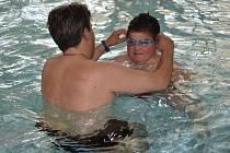 Lukáš Dospíšil z  Poličky je dvanáctiletý hoch, kterého neposlouchají nohy. Nejdůležitější rehabilitací je pro něj voda.