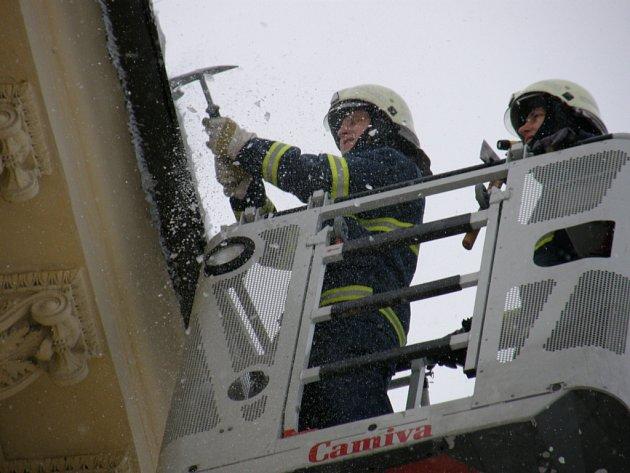 Odstraňování rampouchů hasiči.