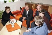 Hendikepovaní lidé ze svitavského domova budou pracovat v nové kavárně Café Rozcestí. V pátek ochutnali kávu, kterou již brzy budou možná připravovat sami.