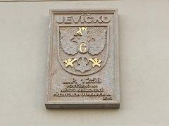 Pamětní deska připomínající oslavy 760 let od povýšení Jevíčka na královské město.