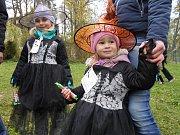 Čarodějnice patří mezi dětmi k nejoblíbenějším dnům v roce. Oheň a špekáčky jsou tradicí.
