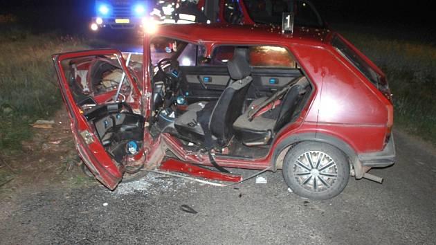 Zdemolované osobní vozidlo a středně těžké zranění řidiče, to je výsledek úterní havárie  u Hradce.