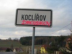 Nespokojenost s odvoláním starosty Bohumila Kysílko vyjádřil  sprejer nápisy na silnici a na cedulích při vjezdu do obce na Svitavsku.