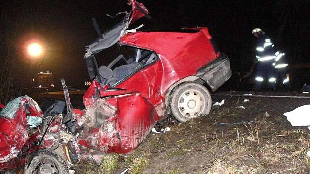 HASIČI VYSTŘÍHALI ŘIDIČE Z RENAULTU. Osmnáctiletý mladík jel zřejmě rychle a nezvládl mírnou zatáčku. Srazil se s kamionem, který skončil v příkopu na protější straně.