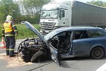 SRÁŽKA dvou osobních automobilů a kamionu zablokovala silnici. Jeden řidič se při ní zranil.