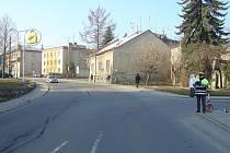 Na křižovatce ulic Komenského a Jiráskova srazil řidič se Škodou Octavia ženu na jízdním kole.
