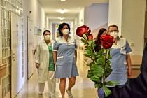 Dobrovolní hasiči v neděli přivezli sestřičkám do nemocnice ve Svitavách desítky rudých růží a drobných dárků. Za velké překvapení sklidili potlesk.