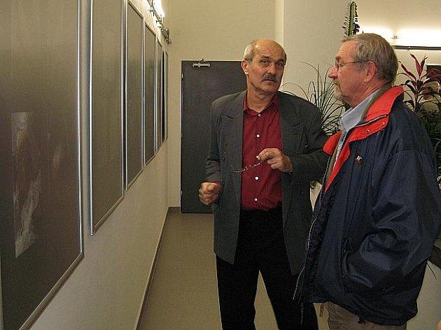 Zahájení výstavy fotografií Stanislava Odvářky (vlevo) a Táni Kleinové ve svitavské Fabrice.