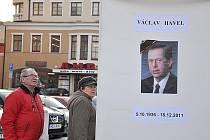 Na Václava Havla lidé vzpomínají a zapalují na náměstí svíčky.