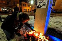 Upálení Jana Palacha si připomněli lidé ve středu večer také v Poličce.