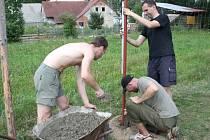 Dobrovolníci přijeli do záchranné stanice ve Vendolí. Pomáhali se  stavbou  nového plotu.