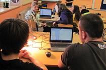CHYTRÉ POMŮCKY pomáhají žákům Základní školy v Cerekvici nad Loučnou při hodinách fyziky a chemie.