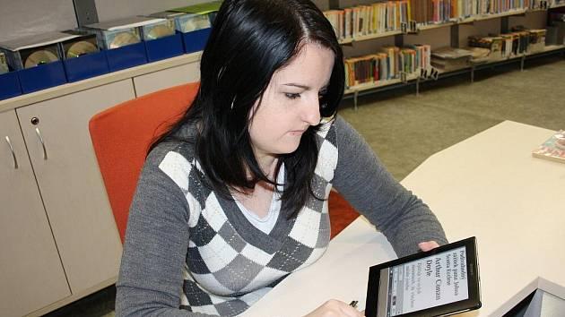 V elektronické čtečce knih, která není větší než menší knížka, je uloženo více jak dvě stě titulů z české  i světové literatury.