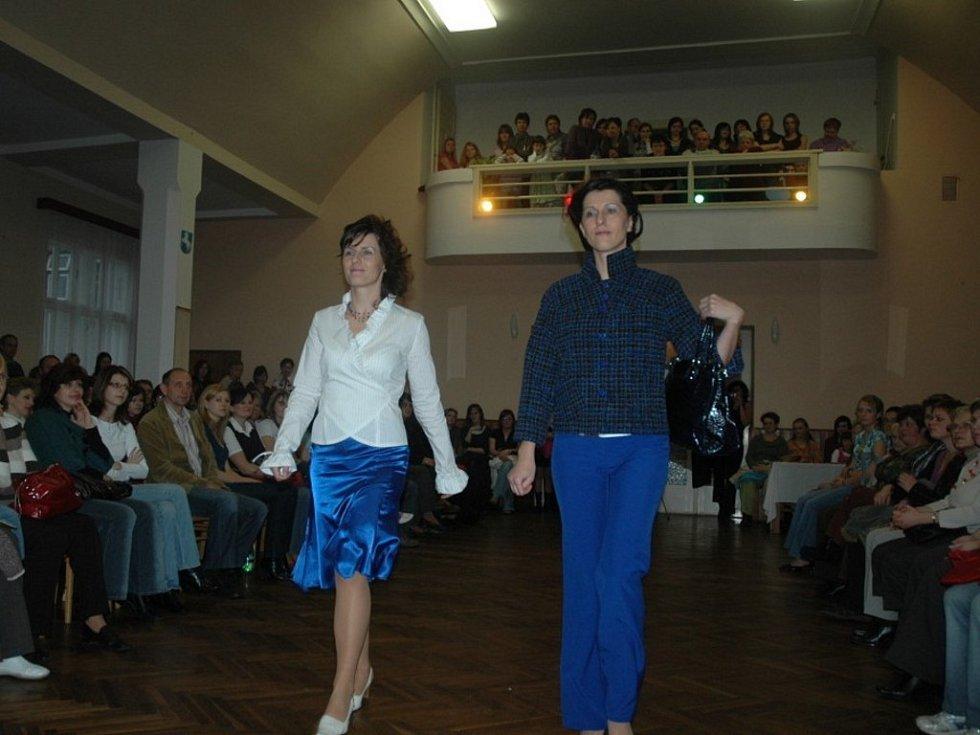 Stovky lidí si nenechaly ujít  módní přehlídku sebranické návrhářky Marie Kordiovské. Své modely předvedla v neděli odpoledne v poříčském kulturním domě