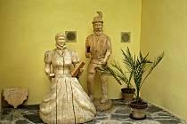 SOCHY NA SVOJANOVĚ. Obdivovat um řezbářů lze na Svojanově celoročně. Na hlavním nádvoří jsou umístěny dvě postavy renesančních osobností.