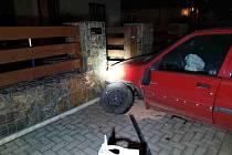 Řidič osobního vozidla havaroval v Biskupicích na Svitavsku v neděli večer, následkem nehody poškodil i elektrorozvaděč.