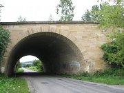 Odkrytá strana. Jižní opěra parabolického mostu přes Malonínský potok.