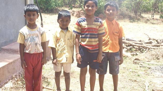 Klára Večeřová se dostala v Indii do vesnice, kde působí nezisková organizace. Ta pomáhá lidem v těžkých životních situacích řešit nejen problémy s nedostatkem peněz.