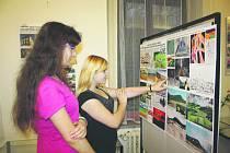 Mezi pražci mladějovské úzkokolejky nasbírali žáci základní školy na Kostelním náměstí materiál na výstavu.